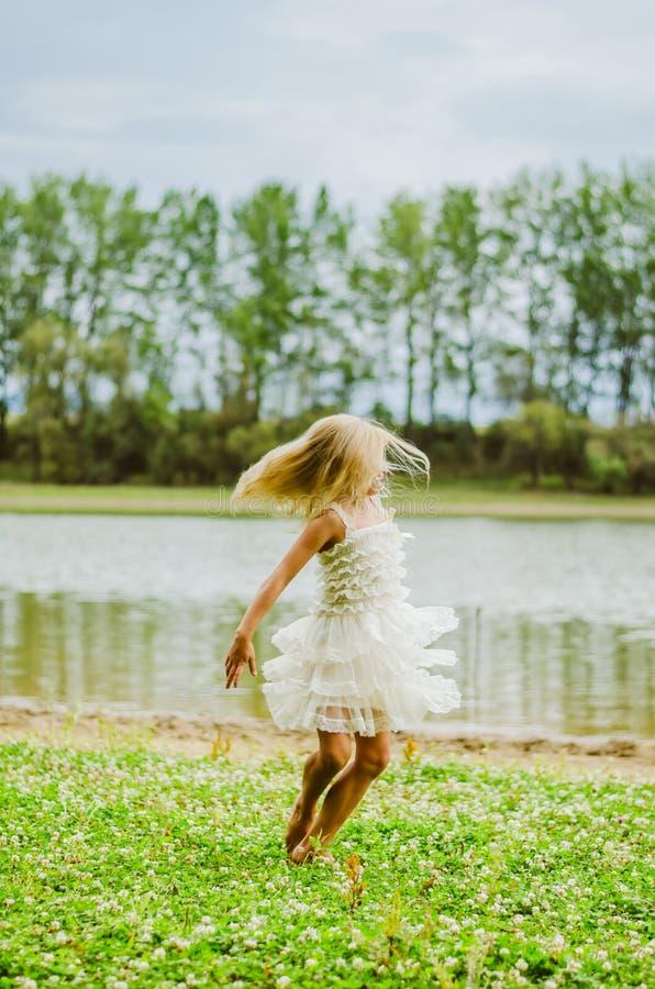 ballo selvaggio dal fiume fotografia stock libera da diritti