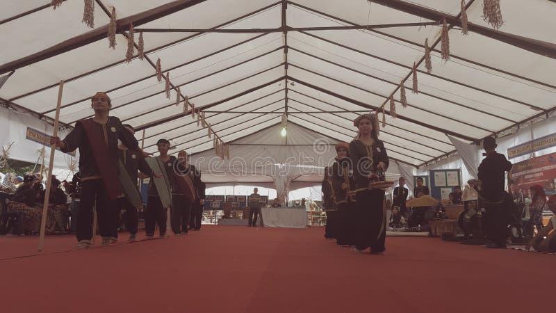 Ballo tradizionale nel centro della cultura di Kadazan Dusun fotografia stock
