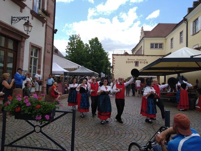 Ballo tradizionale nelle vie di Riquewihr, Francia immagine stock libera da diritti