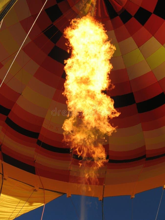 Ballon à air chaud étant allumé vers le haut photographie stock
