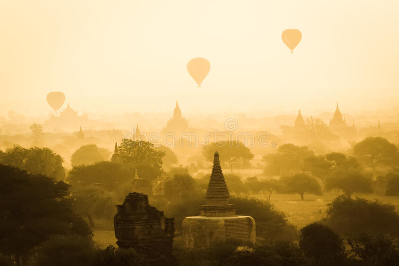 Ballon à air chaud au-dessus de Bagan dans le matin brumeux, Myanmar images stock