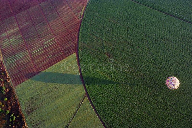 Ballon à air chaud au-dessus de champ images stock