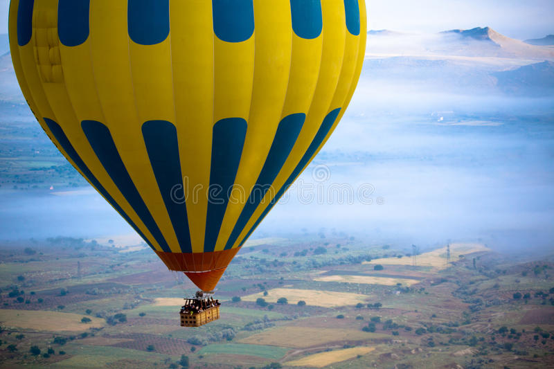 Ballon à air chaud au-dessus de champ photos libres de droits