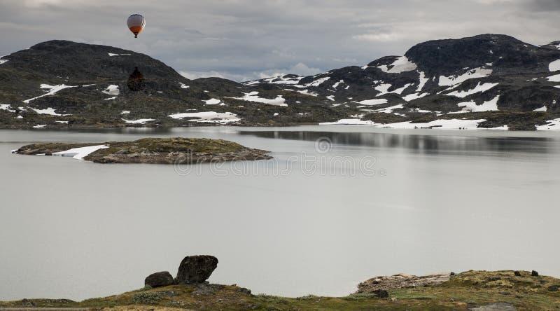 Ballon à air chaud au-dessus de la route célèbre 55 Norvège du comté photographie stock