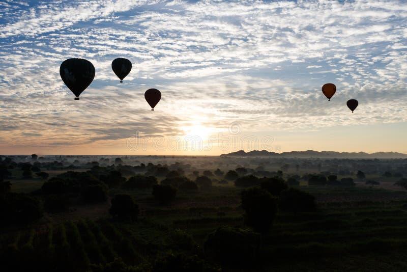 Ballon à air chaud au-dessus de plaine de Bagan dans le matin brumeux, Myanmar photos stock