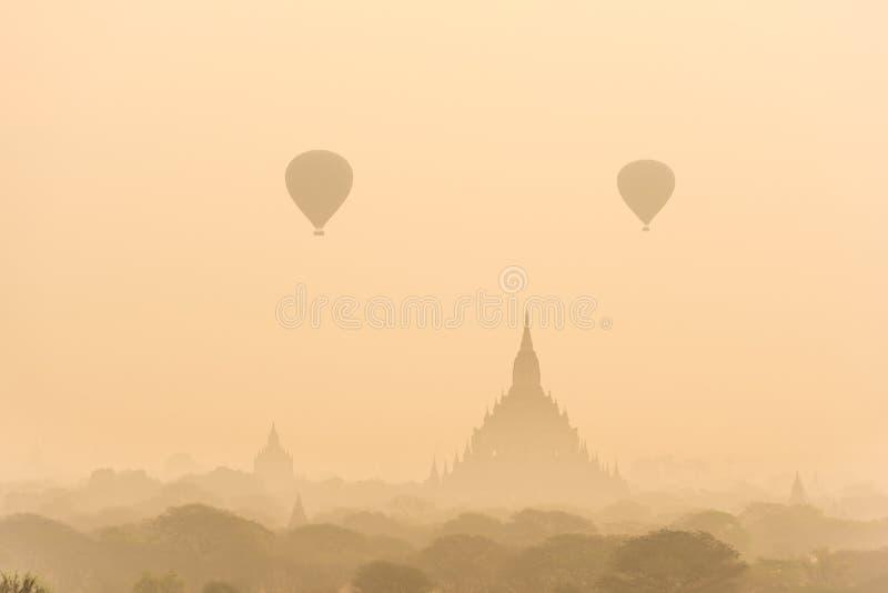 Ballon à air chaud au-dessus de plaine de Bagan dans le matin brumeux avant sunr photographie stock