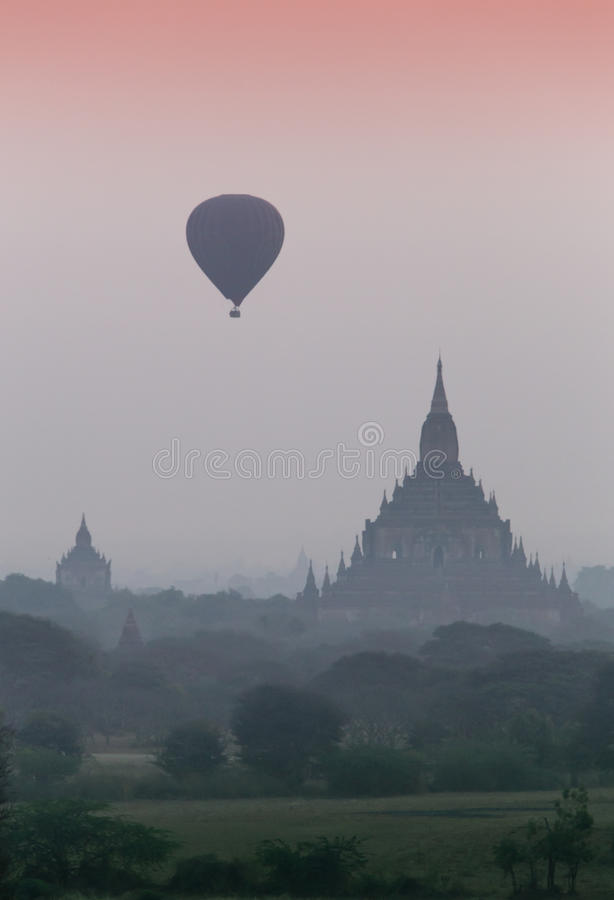 Ballon à air chaud au-dessus de plaine de Bagan dans le matin brumeux, Myanmar photographie stock libre de droits