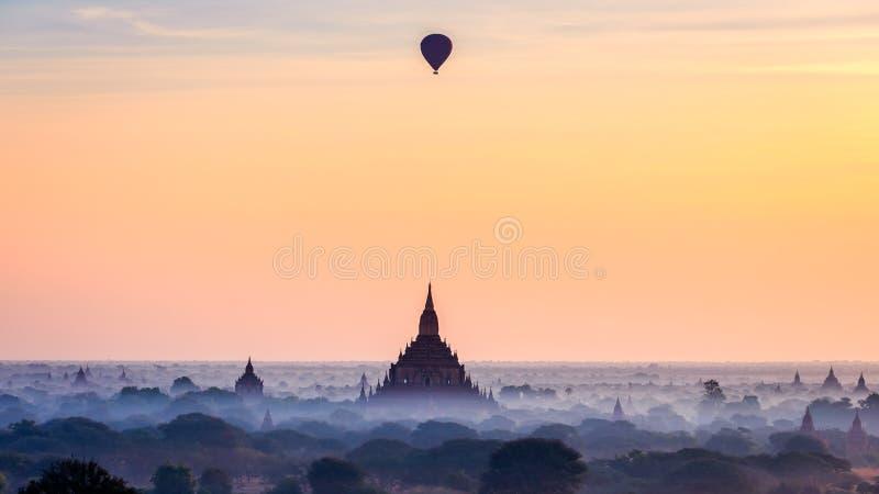 Ballon à air chaud au-dessus des pagodas simples Bagan, Myanmar images stock