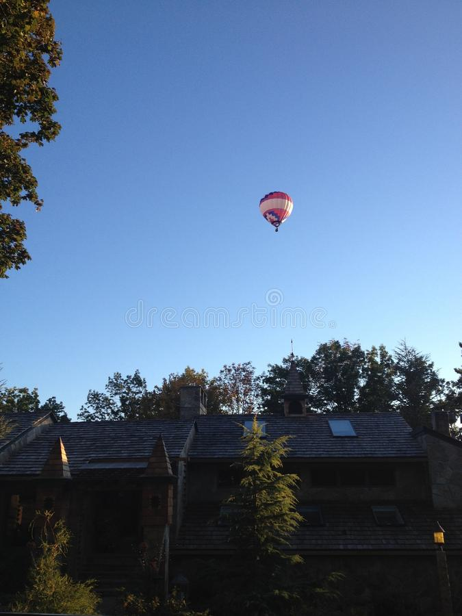 Ballon à air chaud au-dessus du château photos libres de droits