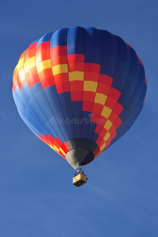Ballon à air chaud dans le ciel images stock