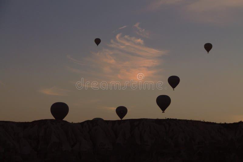 Ballon à air chaud dans le coucher du soleil de ciel photo libre de droits
