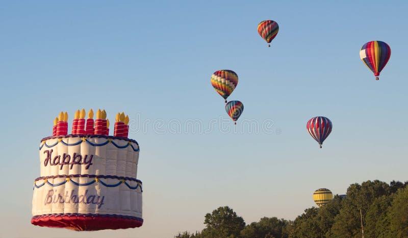 Ballon à air chaud de gâteau d'anniversaire image libre de droits