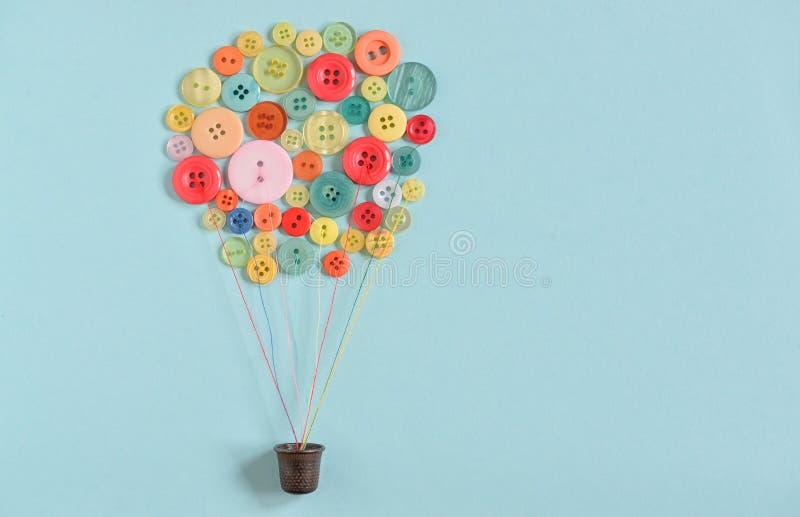 Ballon à air chaud des boutons de couture colorés images stock
