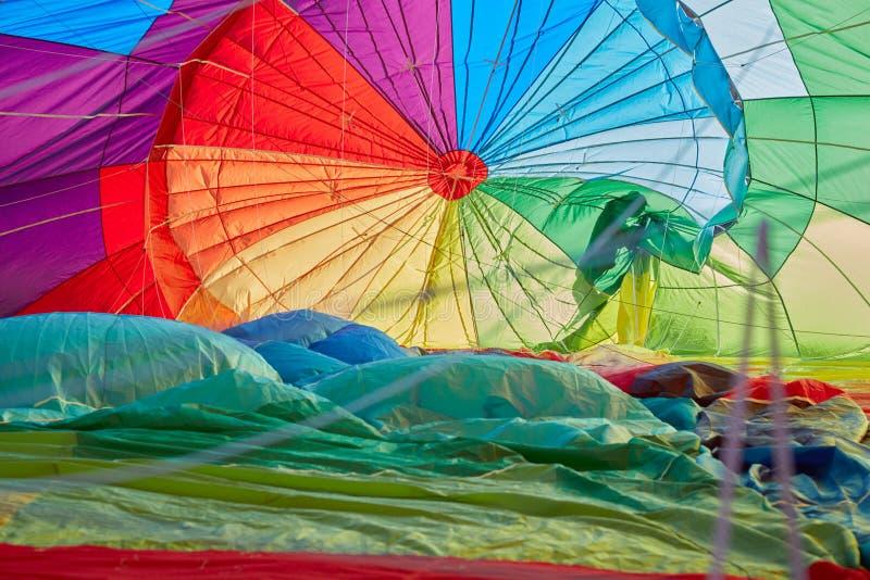 Ballon à air chaud gonflant la vue intérieure, ombre d'homme image stock