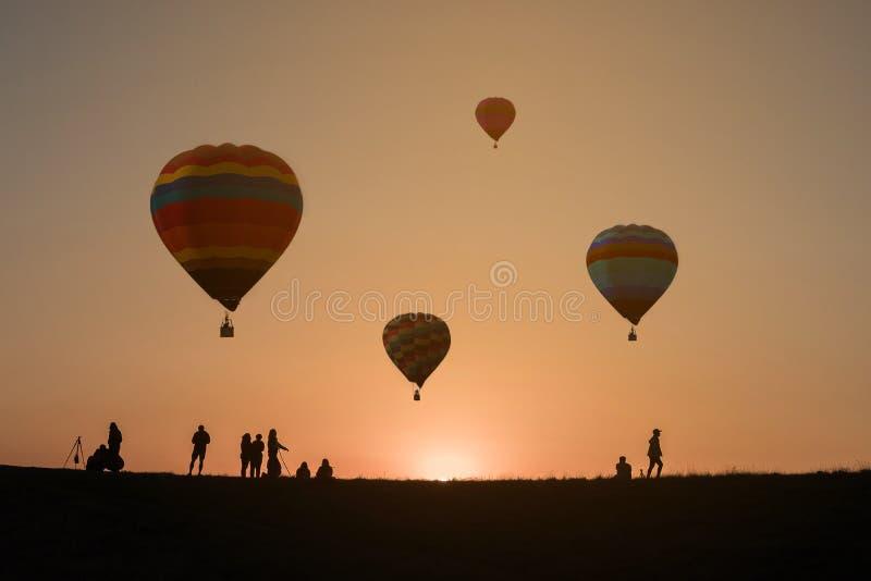 Ballon ? air chaud ? l'arri?re-plan de coucher du soleil de ciel image libre de droits