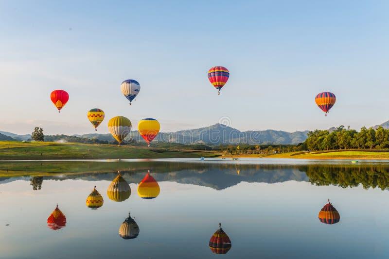 Ballon à air chaud sur le ciel photo stock