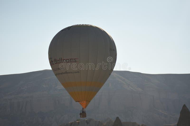 Ballon à air chaud volant au-dessus des vallées dans Cappadocia Turquie photos stock