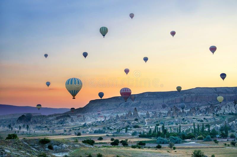 Ballon à air chaud volant au-dessus du paysage de roche chez Cappadocia Turquie images stock