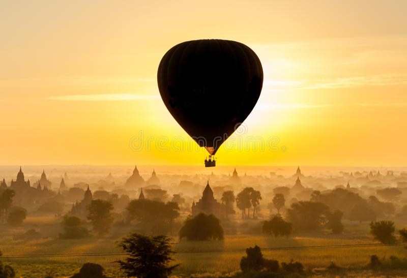 Ballon über altem Bagan lizenzfreie stockfotos