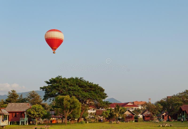 Ballon über dem Land. Vang Vieng. Laos. stockfoto