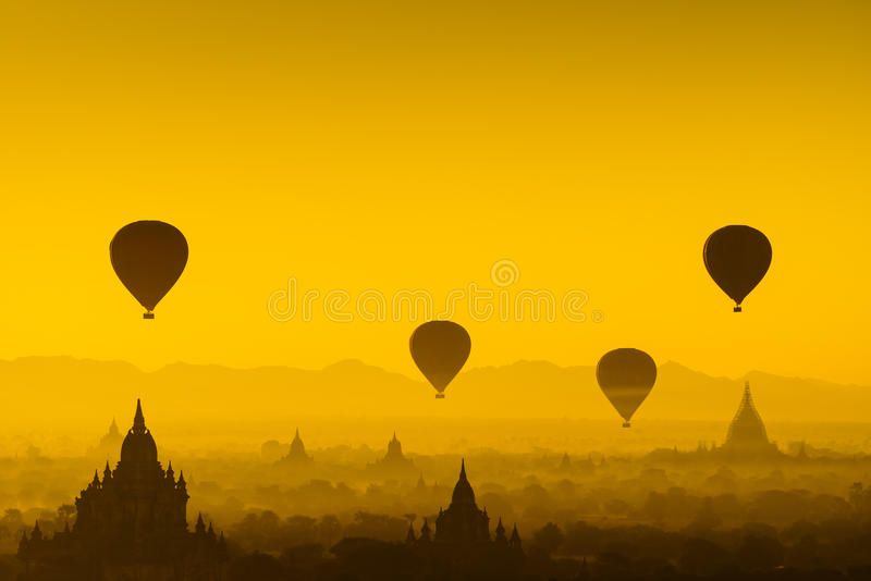 Ballon über Ebene von Bagan, Myanmar stockfotos