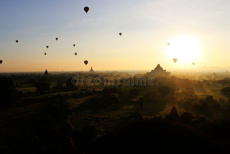 Ballon über Pagodenfeldern, Bagan, Myanmar lizenzfreie stockbilder