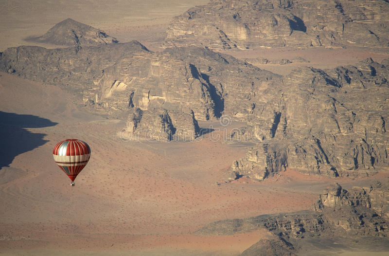 Ballon über Wadi Rum Jordan stockfoto