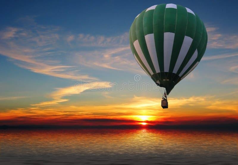 Ballon au-dessus de la mer illustration de vecteur