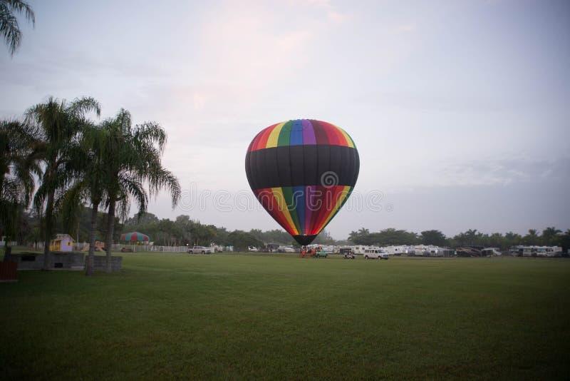 Ballon auf dem Feld stockfotografie