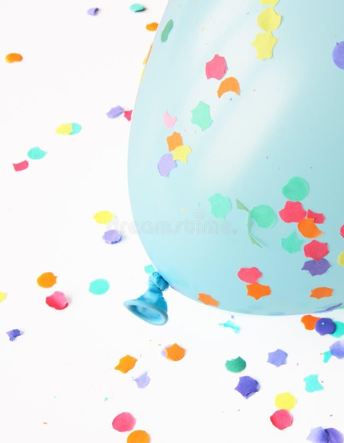 Ballon bleu avec des confettis images stock