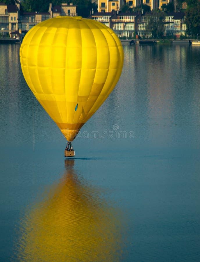 Ballon boven het meer royalty-vrije stock afbeelding