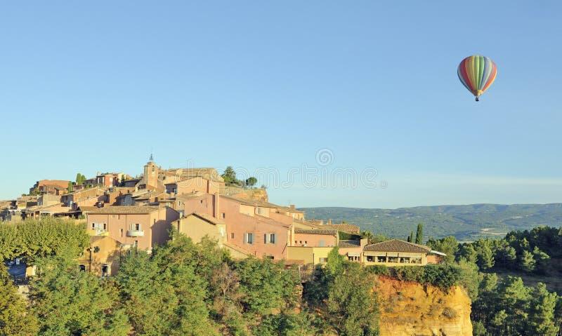 Ballon d'air chaud au-dessus du Roussillon photographie stock