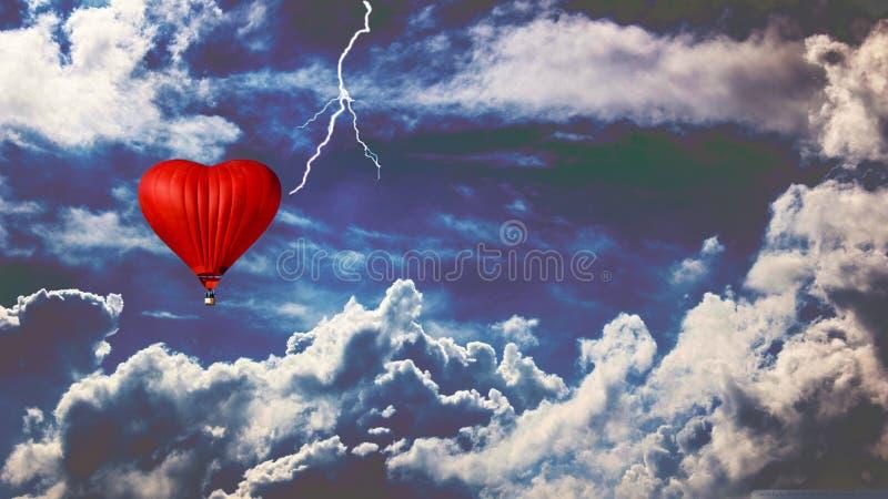 Ballon dans un ciel orageux Ballon de Heartlike photo stock