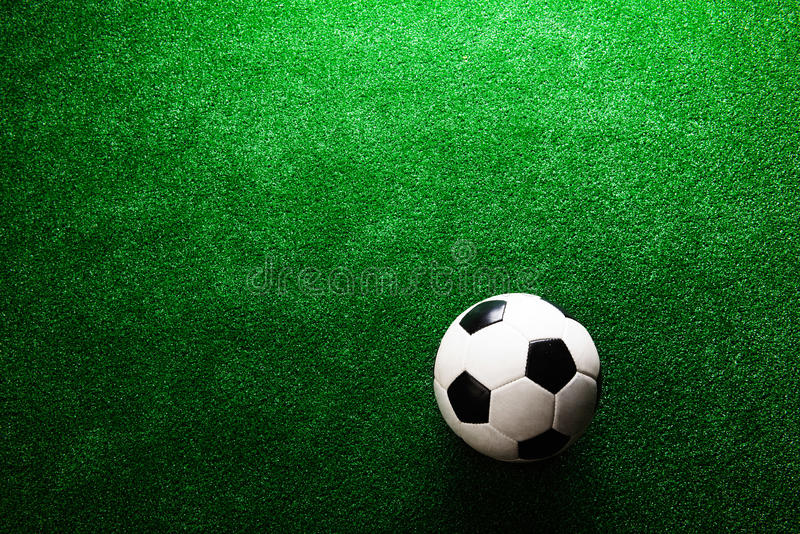 ballon de football contre le gazon artificiel projectile de studio copiez l 39 espace image stock. Black Bedroom Furniture Sets. Home Design Ideas