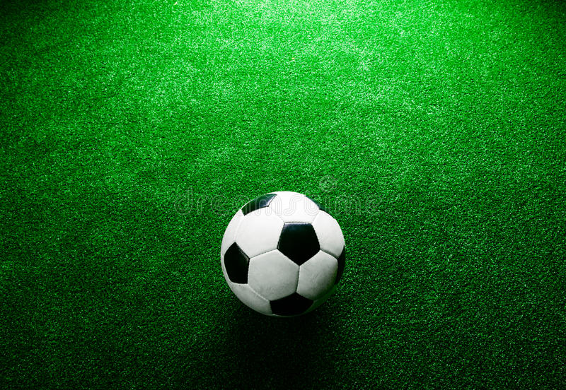 Ballon de football contre le gazon artificiel Projectile de studio Copiez l'espace image stock