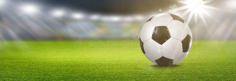 Ballon de football dans le projecteur illustration libre de droits