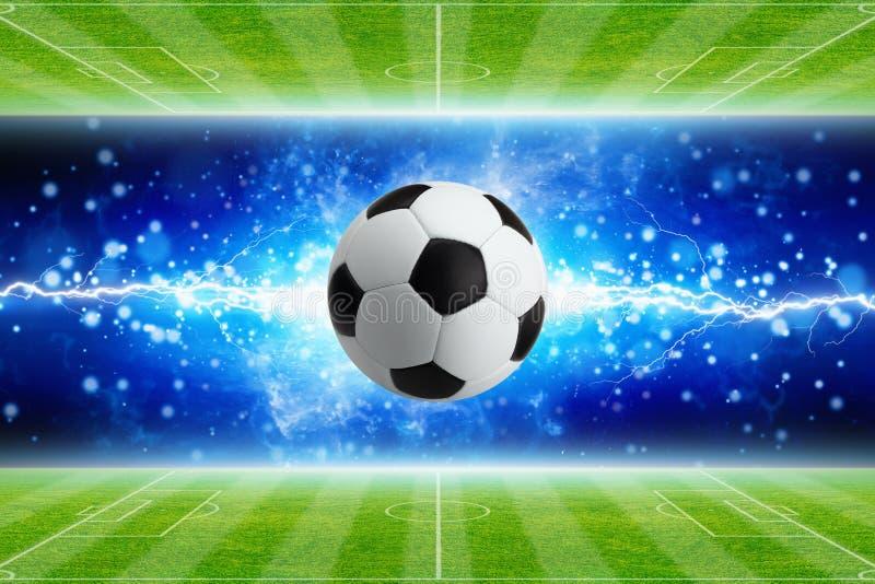 Ballon de football, foudre bleue lumineuse puissante, terrains de football verts illustration stock