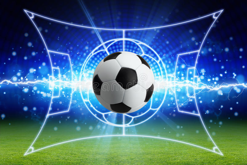 Ballon de football, foudre bleue lumineuse, terrain de football vert avec de la La illustration stock