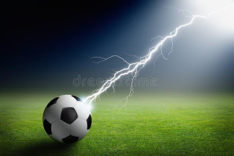 Ballon de football, foudre, projecteur image libre de droits