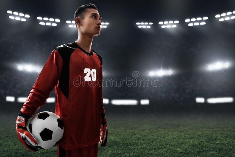 Ballon de football de prise de gardien de but du football photographie stock