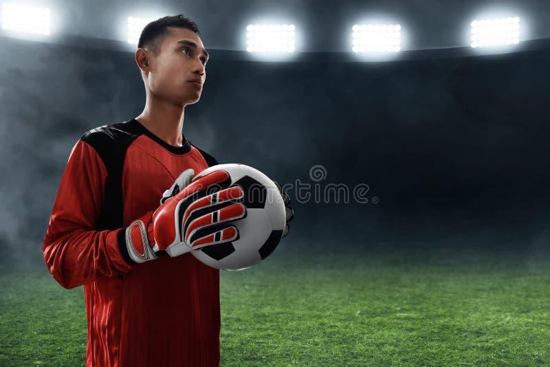 Ballon de football de prise de gardien de but du football images stock