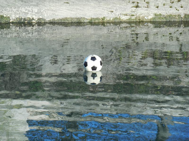 Ballon de football sur l'eau images libres de droits