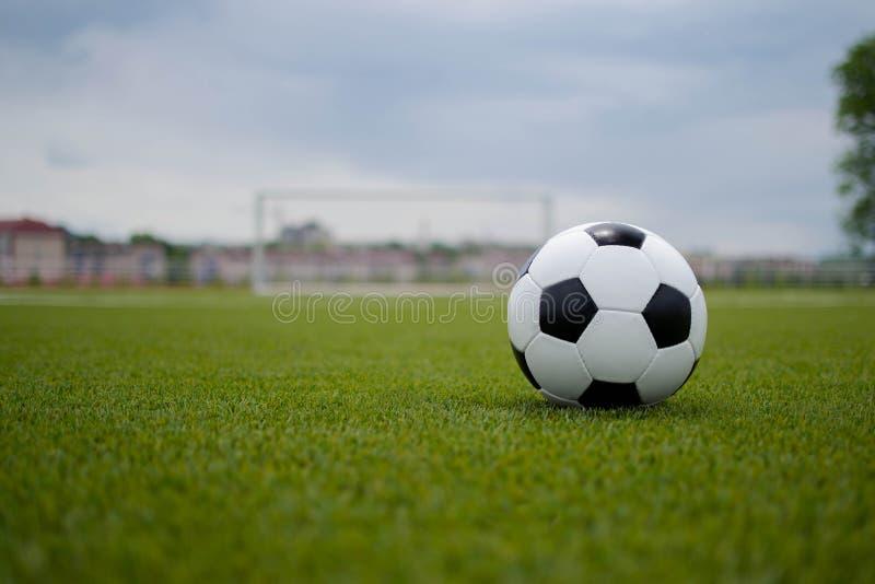 Ballon de football sur la pelouse verte près de la porte de la porte image libre de droits
