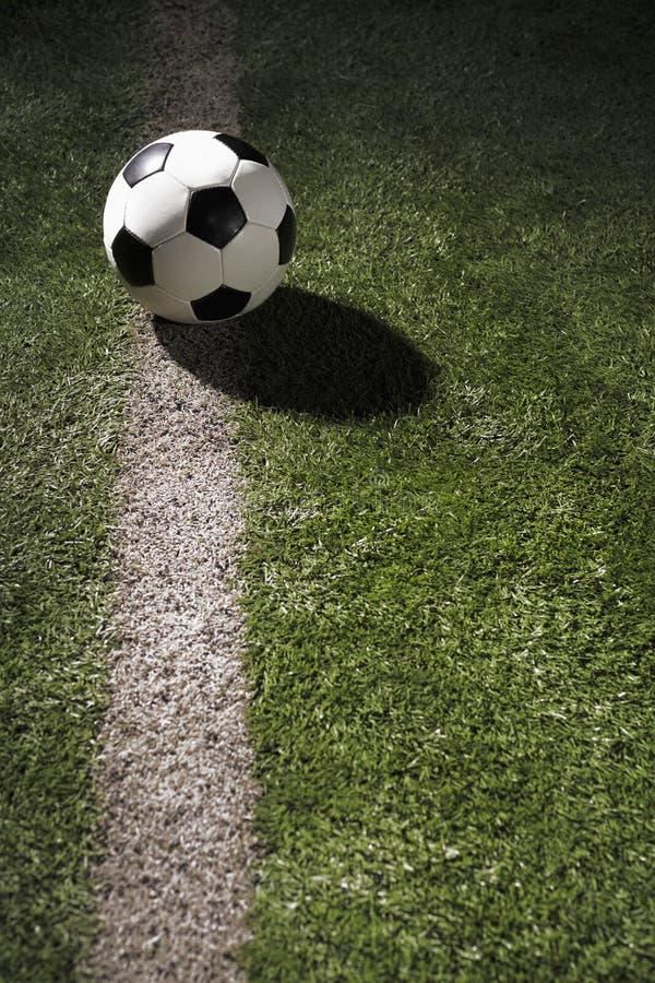 Ballon de football sur le champ de sports dans le stade photos stock