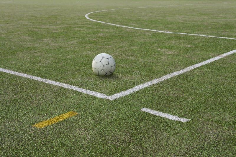 Ballon de football sur le champ de sports à la ligne de démarcation images libres de droits