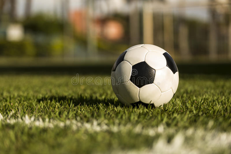 Ballon de football sur un champ d'herbe image libre de droits