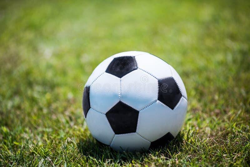 Ballon de football traditionnel sur la pelouse photo stock