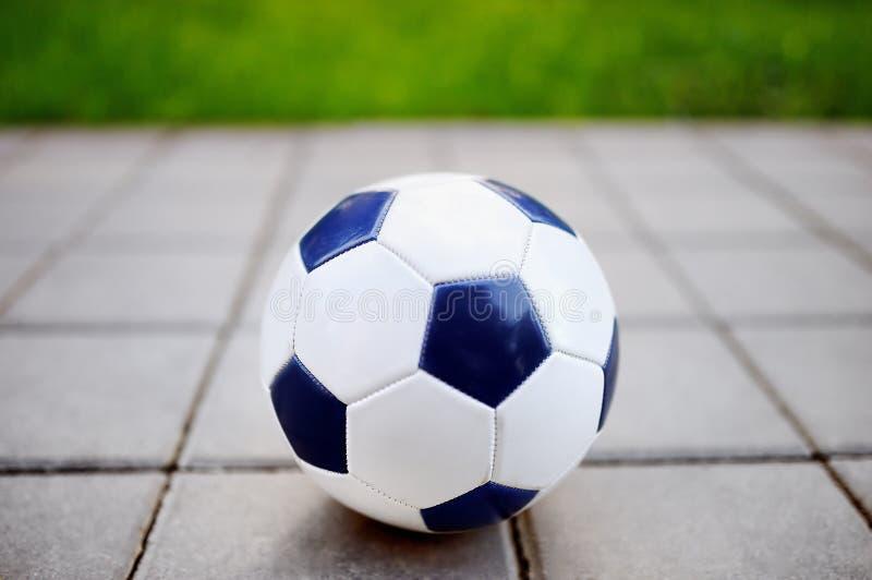 Ballon de football traditionnel sur le passage couvert dans le pair photos libres de droits