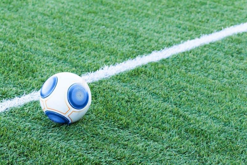 Ballon de football traditionnel sur le terrain de football image stock