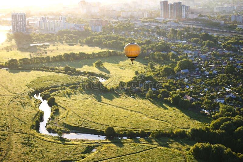 Ballon an der Dämmerung fliegt über den Fluss lizenzfreies stockfoto